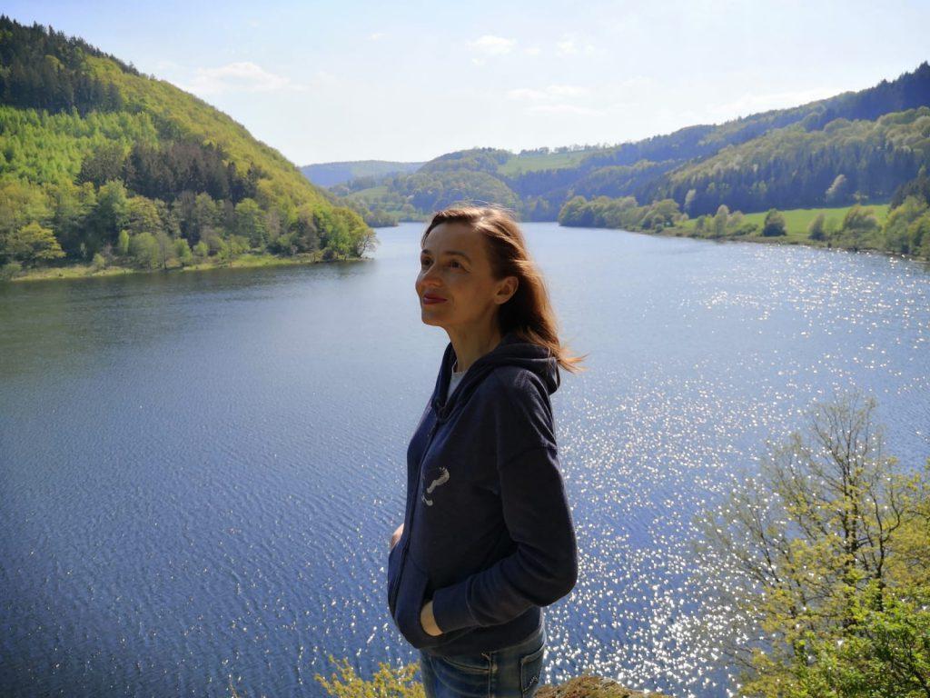 Девушка стоит на берегу озера Рур и смотрит вдаль