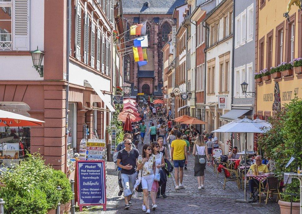 Узкая улочка европейского города