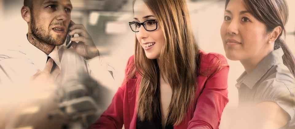 Девушка в очках в офисе с коллегами